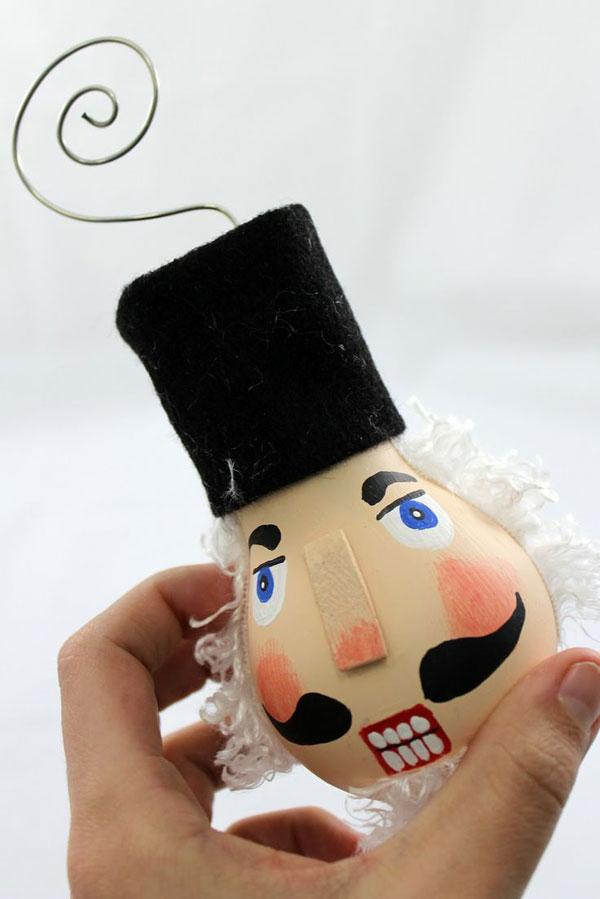 Idee per decorazioni natalizie con lampadine usate n.4