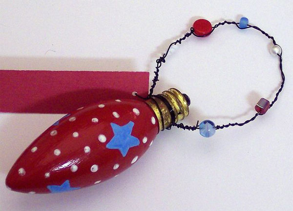 Idee per decorazioni natalizie con lampadine usate n.8