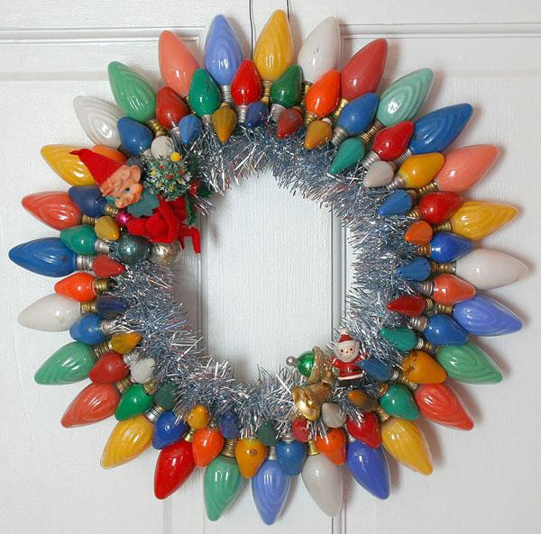 Idee per decorazioni natalizie con lampadine usate n.9