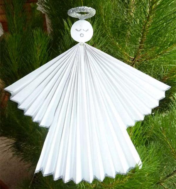Angioletti con folgi di carta come lavoretto natalizio