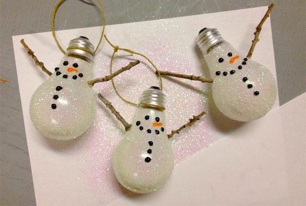 Pupazzi di neve creati con lampadine usate e glitterate
