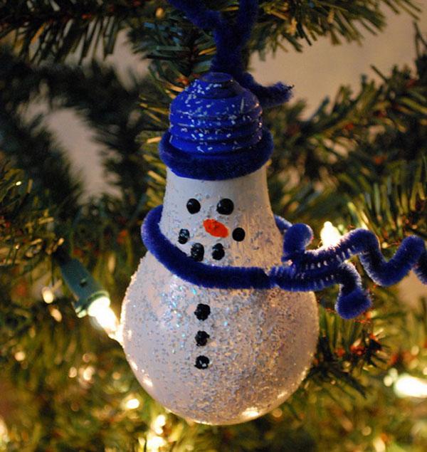 Pupazzo di neve con lampadine usate n.09