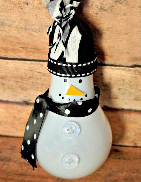 Pupazzo di neve con lampadine usate n.10