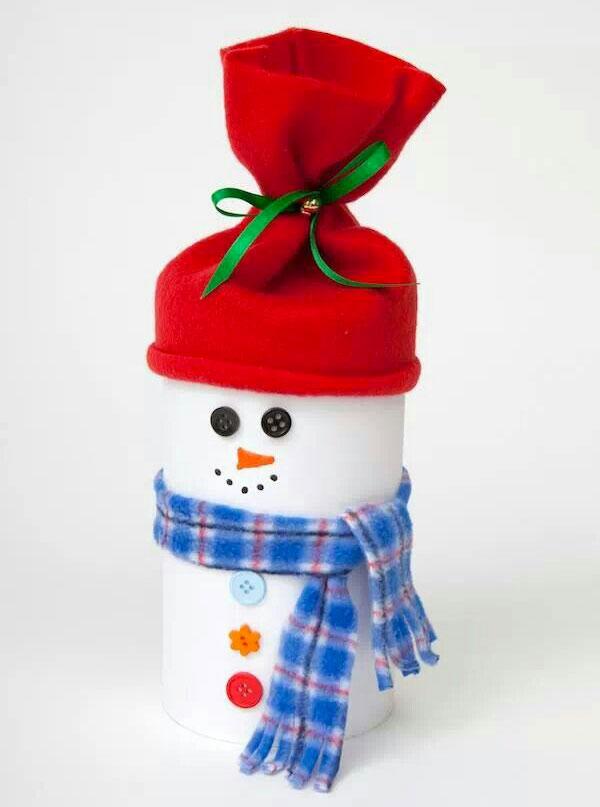 Pupazzo di neve con rotolo di carta e stoffa