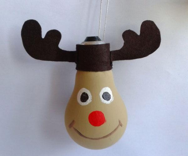 Come creare delle renne con lampadine usate n.1