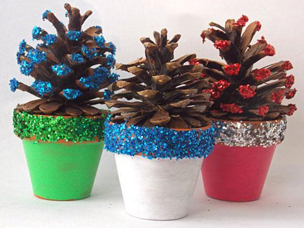 Come creare piccoli alberi di Natale con pigne e vasetti di terracotta