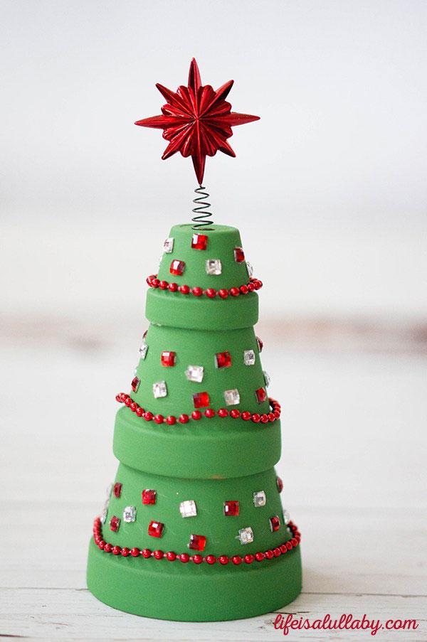 Come creare un albero di Natale con vasetti di terracotta