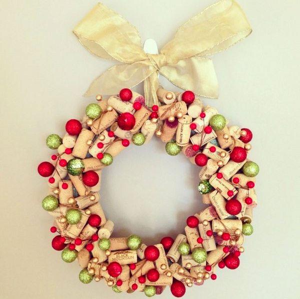 Modello di ghirlanda natalizia con tappi di sughero n.09