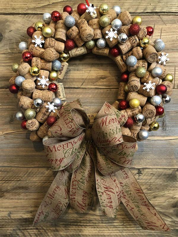 Modello di ghirlanda natalizia con tappi di sughero n.10