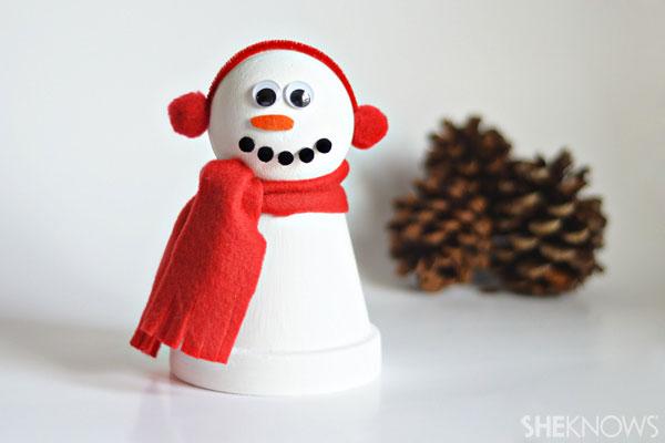 Come creare un pupazzo di neve con un vasetto di terracotta e del feltro