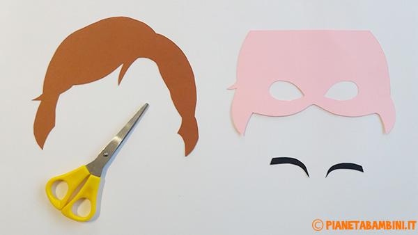 Ritaglio delle sagome di cartoncino per la maschera di Anna di Frozen