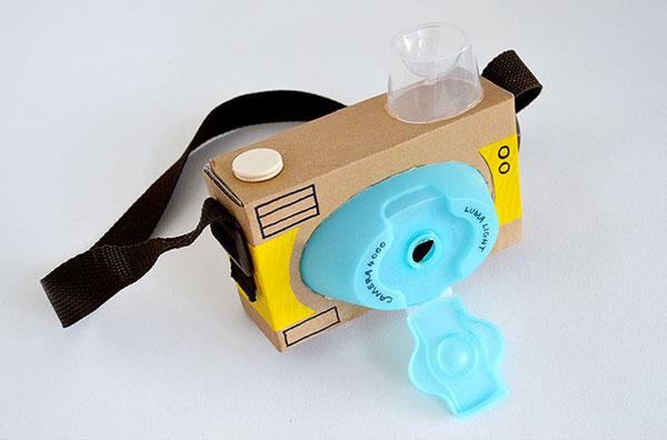 Come creare una macchina fotografica con il cartone