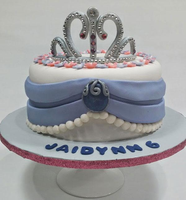 Torta di Sofia la Principessa con decorazioni in pasta di zucchero n.49