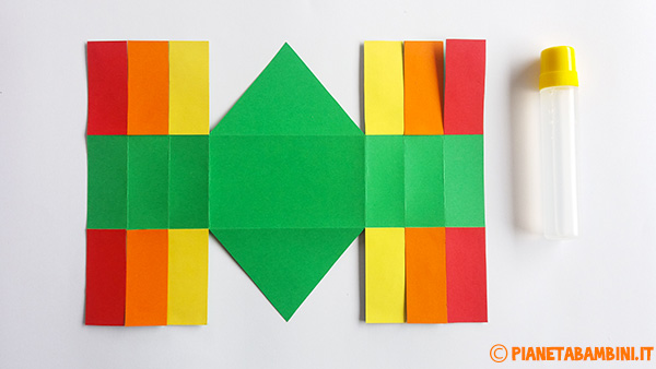 Come applicare le fascette colorate al cestino pasquale di cartoncino