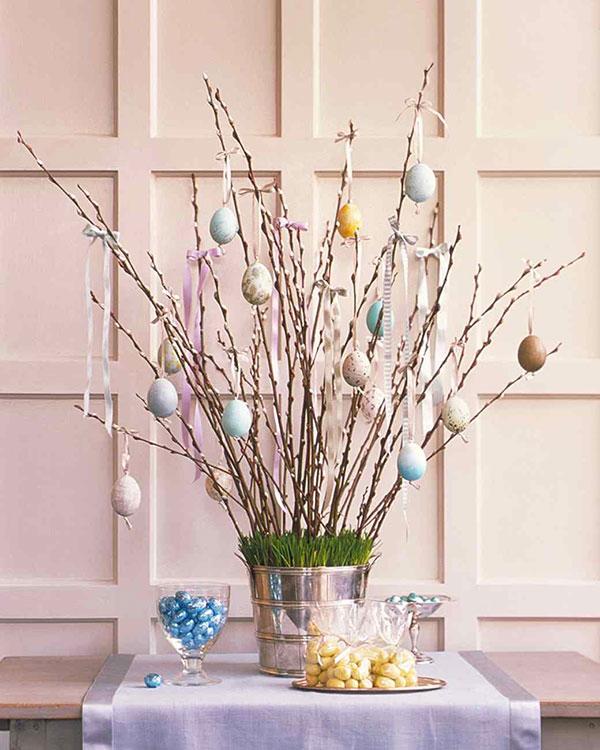 Albero di Pasqua con uova svuotate e decorate