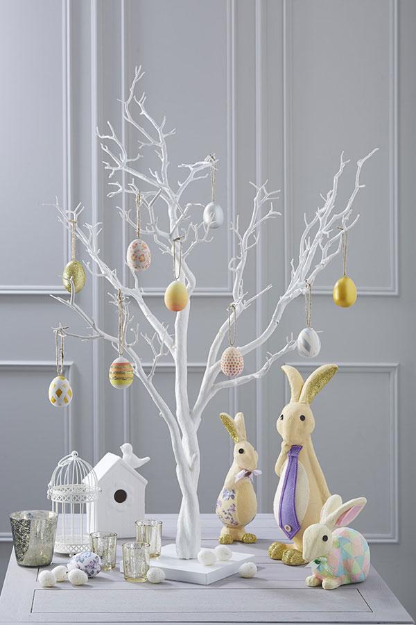 Albero di Pasqua dipinto di bianco con uova decorative