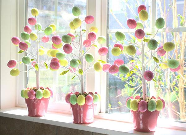 Alberi di Pasqua con uova di polistirolo