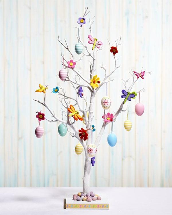 Albero di Pasqua con uova, fiori e farfalle