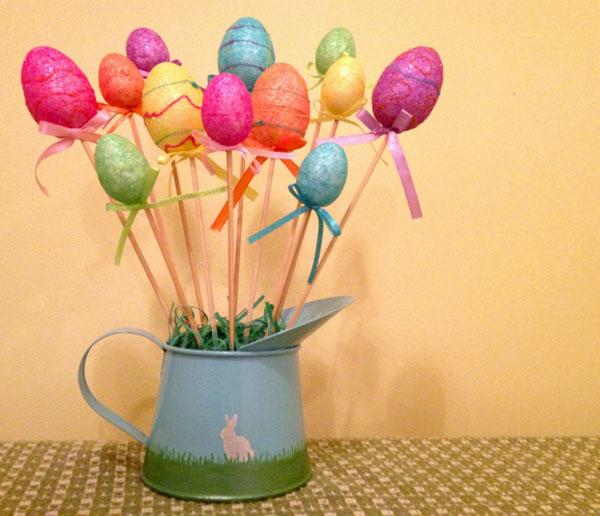 Albero di Pasqua con spiedini in legno ed uova di polistirolo