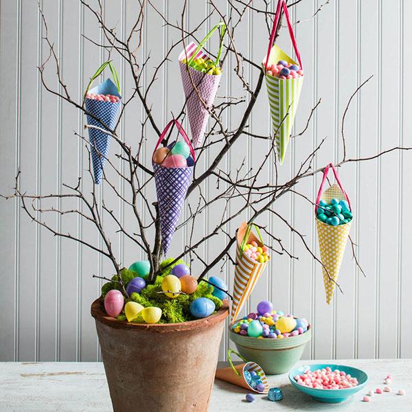Albero di Pasqua con coni portauova