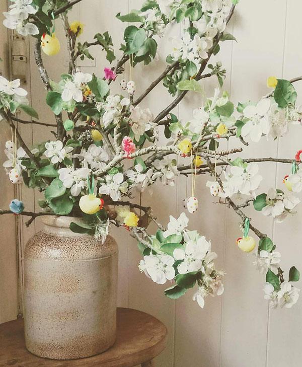 Albero di Pasqua con pulcini e fiori bianchi