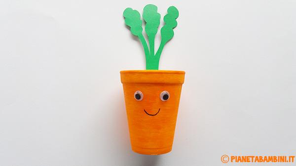 Come creare una carota pasquale con un bicchiere termico