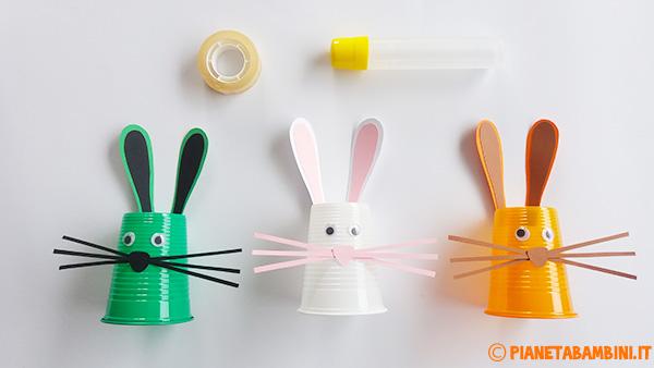 Creazione dei coniglietti con bicchieri di plastica e cartoncino