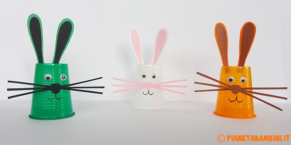Come creare dei coniglietti con i bicchieri di plastica come lavoretto di Pasqua per i bambini