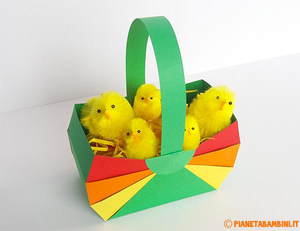 Un cestino pasquale di cartoncino da creare con i bambini come lavoretto