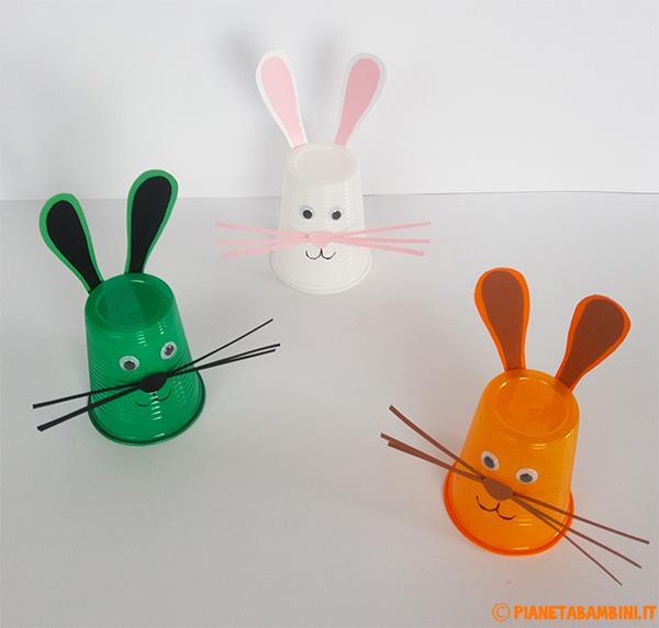 Coniglietti pasquali da creare con bicchieri di plastica colorati