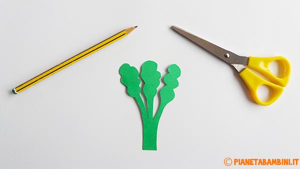 Come ritagliare le sagome per la creazione della carota pasquale con un bicchiere