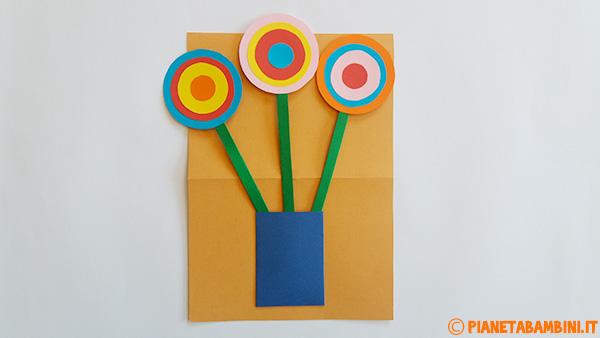 Creazione del vaso con i fiori di cartoncino