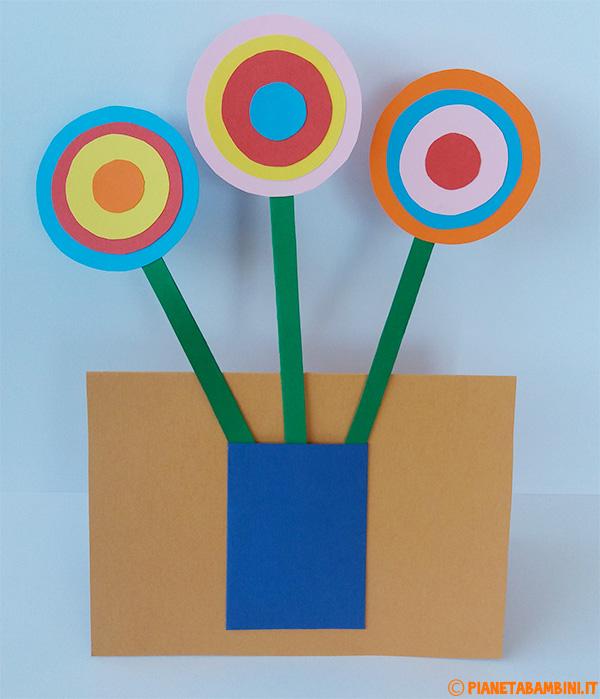 Vaso con fiori di cartoncino come lavoretto per la festa della mamma