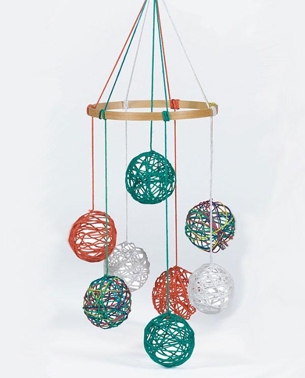 Giostrina per culla con filo di lana di forma sferica
