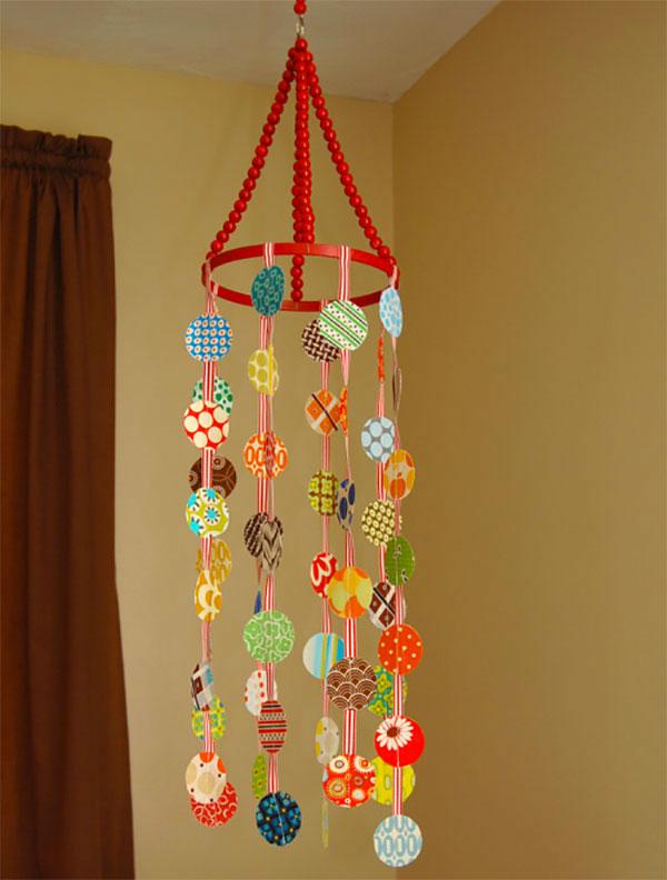 Giostrina per culla con palline di carta decorata