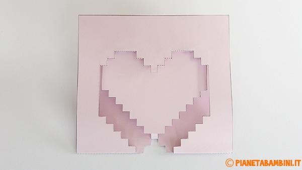 Seconda fase di piegatura del biglietto pop-up a forma di cuore 3D
