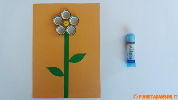 Come applicare i tappi ed il bottone per la creazione del fiore per la festa della mamma