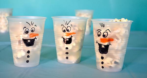 Bicchieri di plastica trasformati in Olaf di Frozen