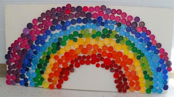 20 idee per lavoretti con tappi di plastica per bambini for Disegni pesciolino arcobaleno