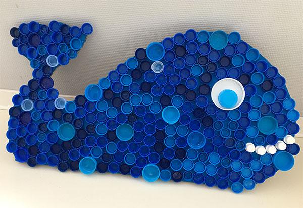 Come creare una balena con tappi di plastica