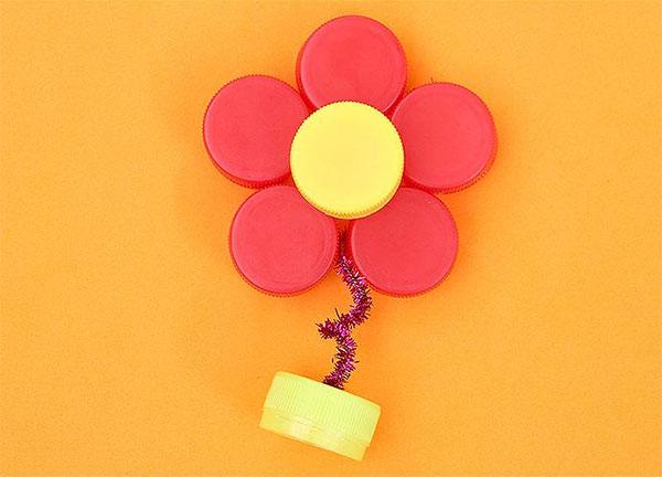 Come creare un fiorellino con tappi di plastica