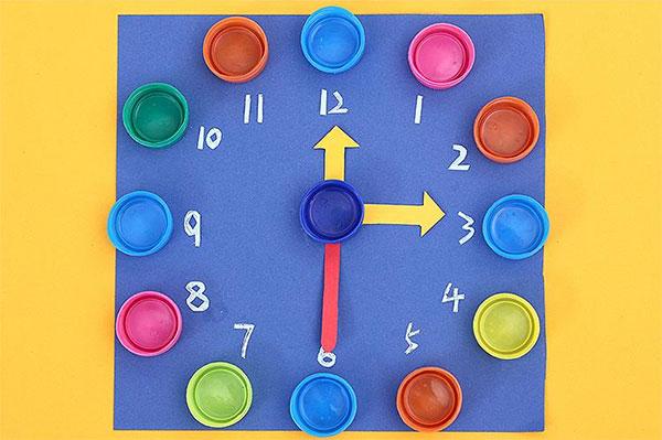 Come creare un orologio con tappi di plastica