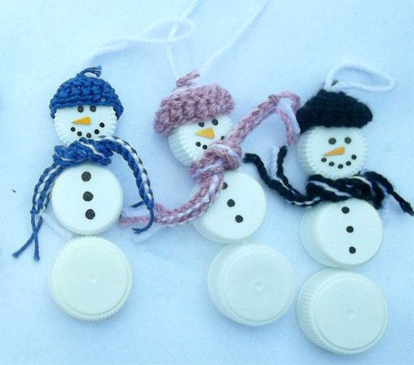 Come creare dei pupazzi di neve con tappi di plastica