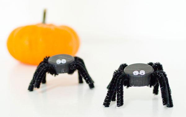 Come creare dei ragni con tappi di plastica