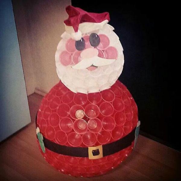 Come creare un Babbo Natale con bicchieri di plastica