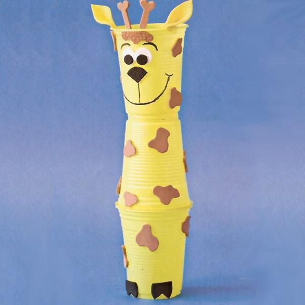 Come creare una giraffa usando dei bicchieri di plastica