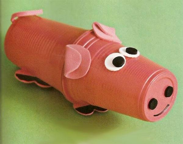 Come creare un maiale usando dei bicchieri di plastica