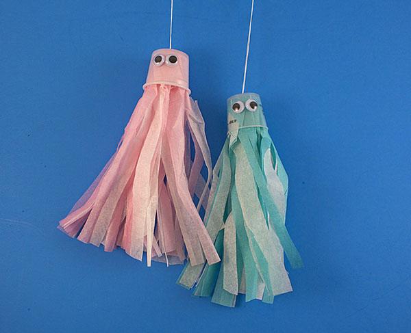Come creare una medusa usando dei bicchieri di plastica