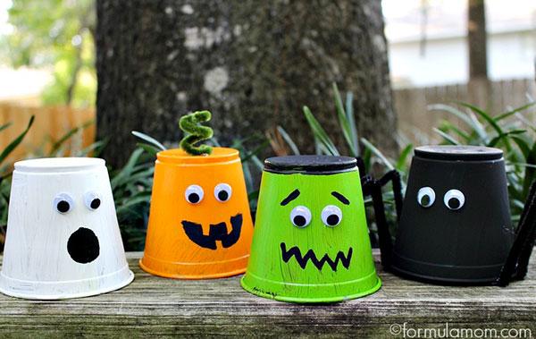 Come creare dei mostri di Halloween usando dei bicchieri di plastica