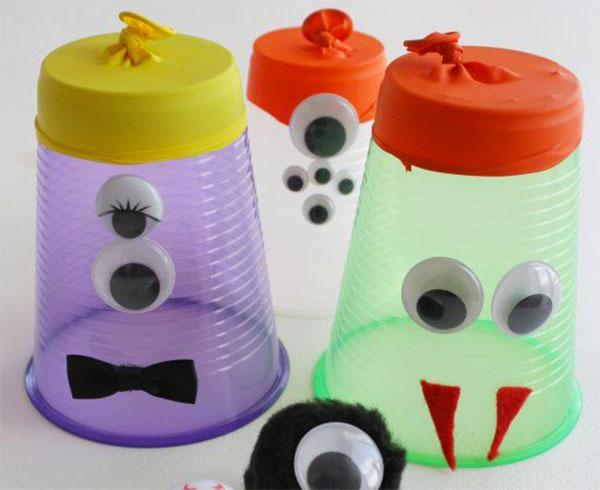 Come creare dei mostri usando dei bicchieri di plastica